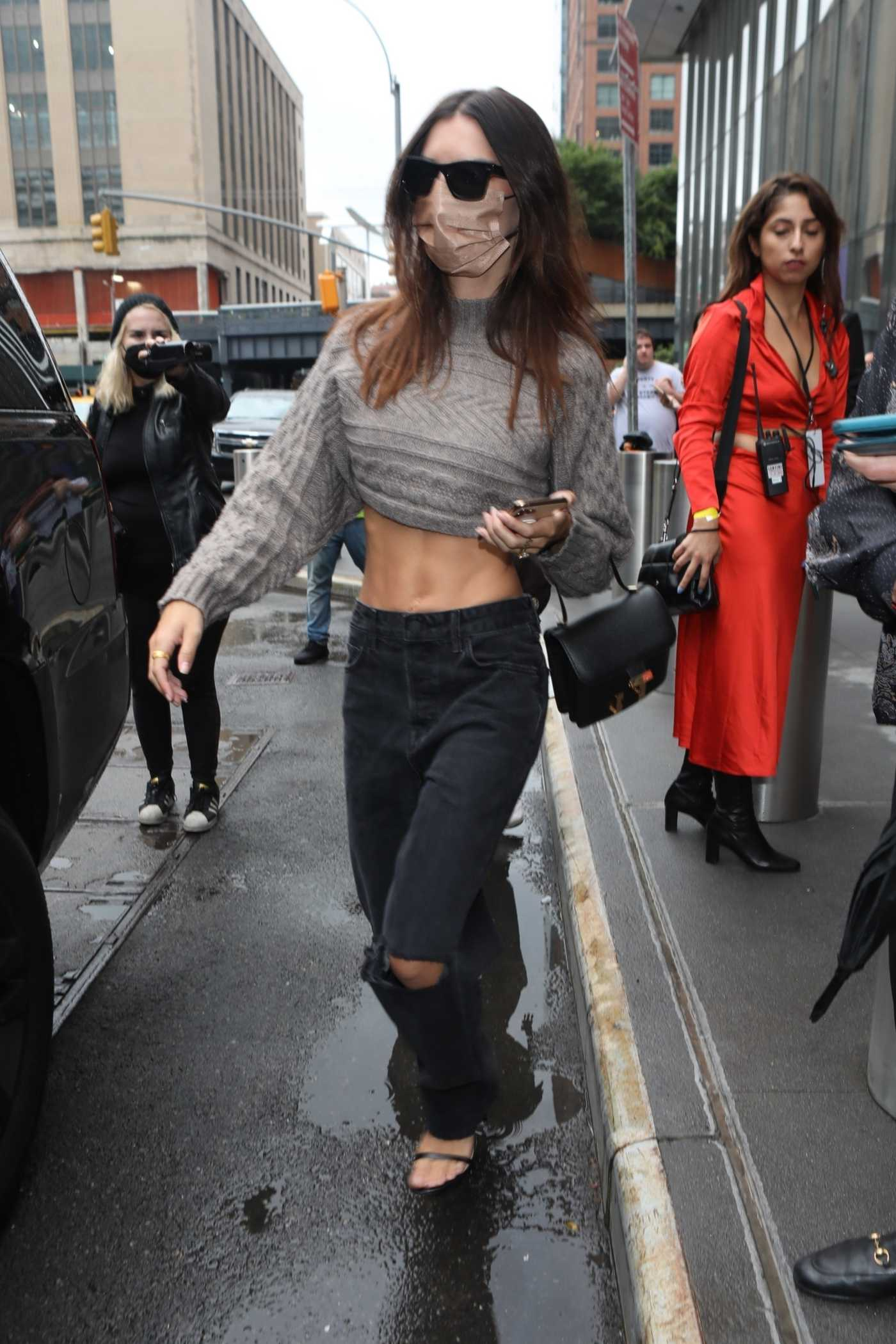 Emily Ratajkowski in a Black Ripped Jeans Was Seen Out in New York 09/09/2021