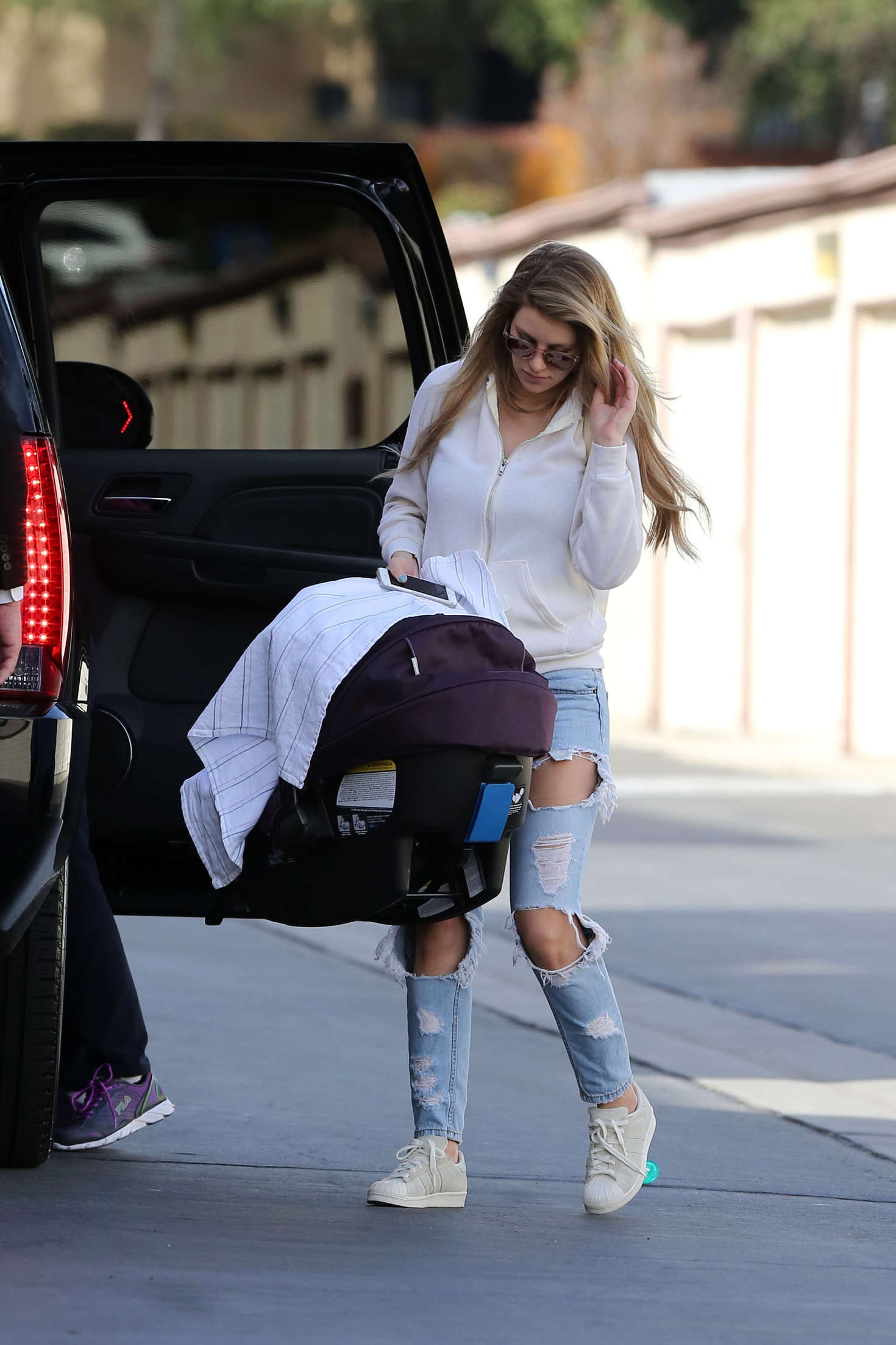 Briana Jungwirth in Ripped Jeans Arrivingat Home in Los Angeles