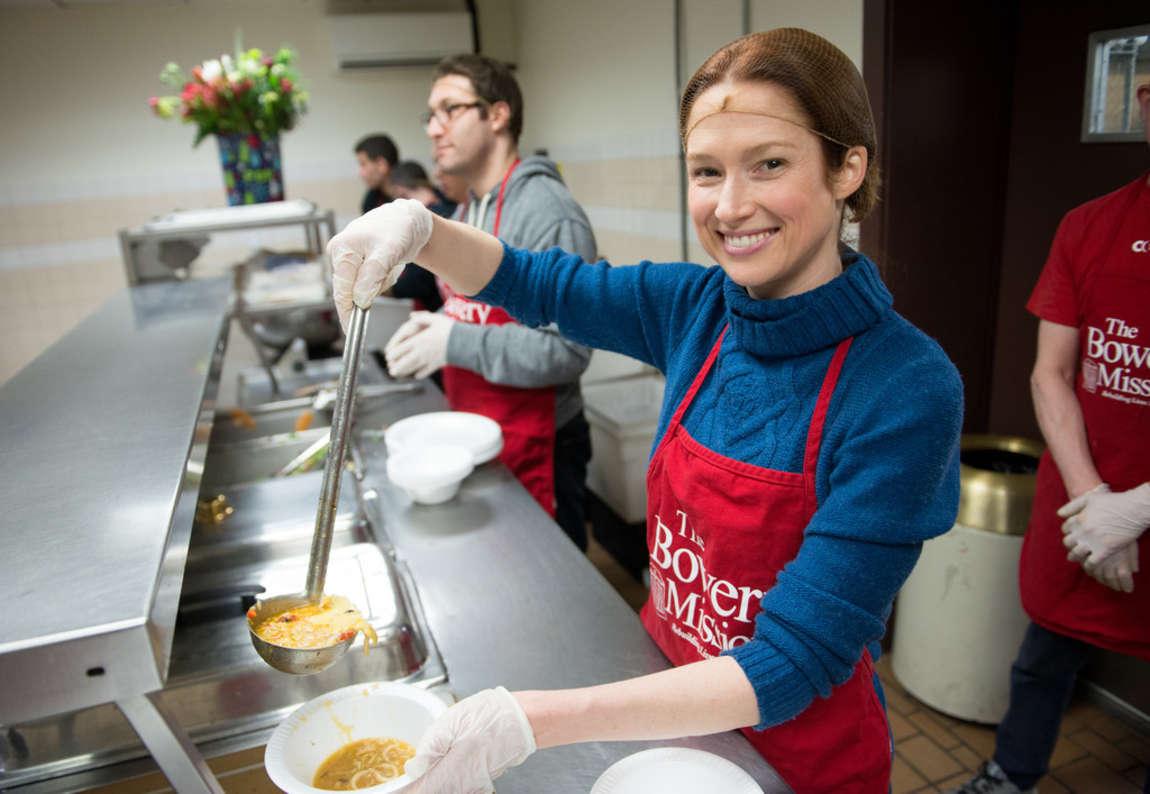 Ellie Kemper Volunteers as Part of Feeding Americas Hope for the Holidays in Los Angeles