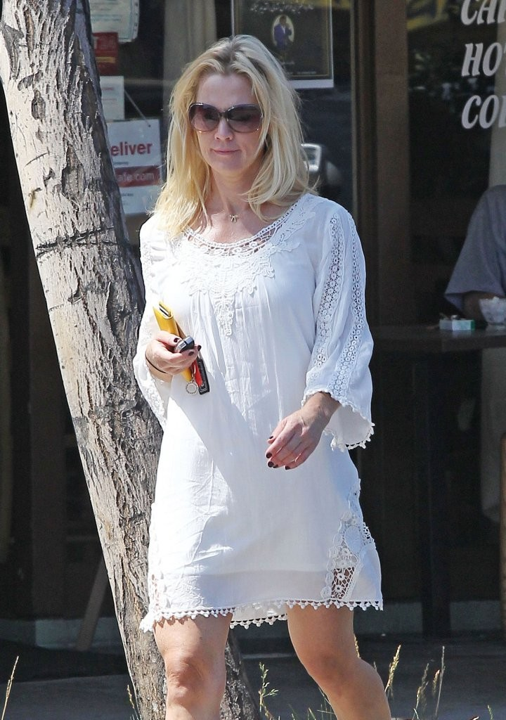Jennie Garth Runs Errands in Sherman Oaks