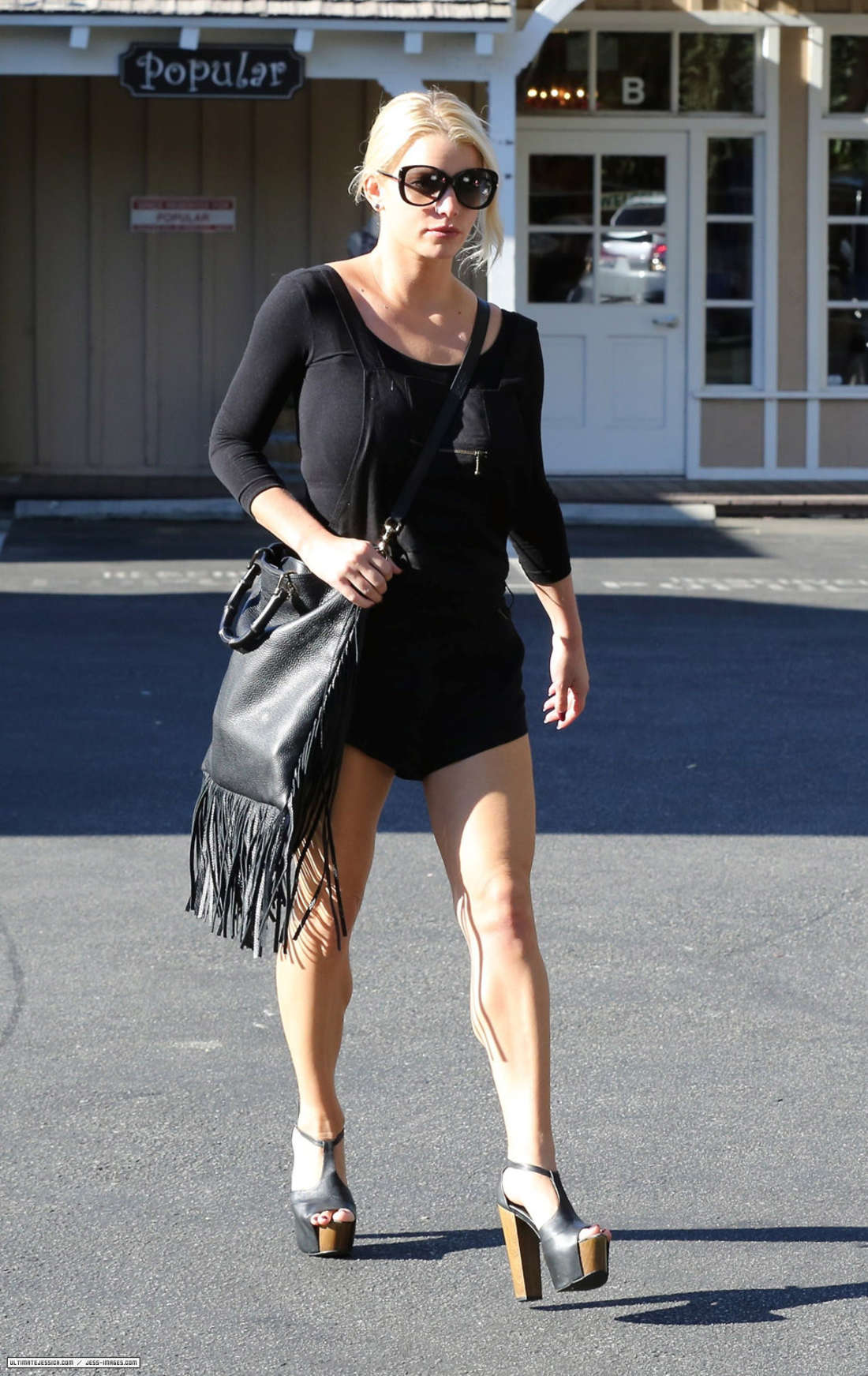 Jessica Simpson Getting lunch in Calabasas