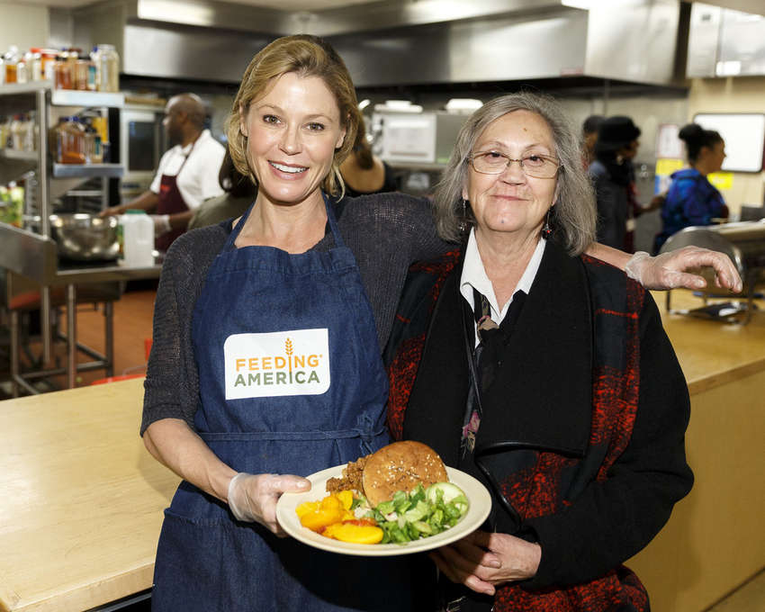 Julie Bowen Volunteers as Part of Feeding Americas Hope for the Holidays in Los Angeles