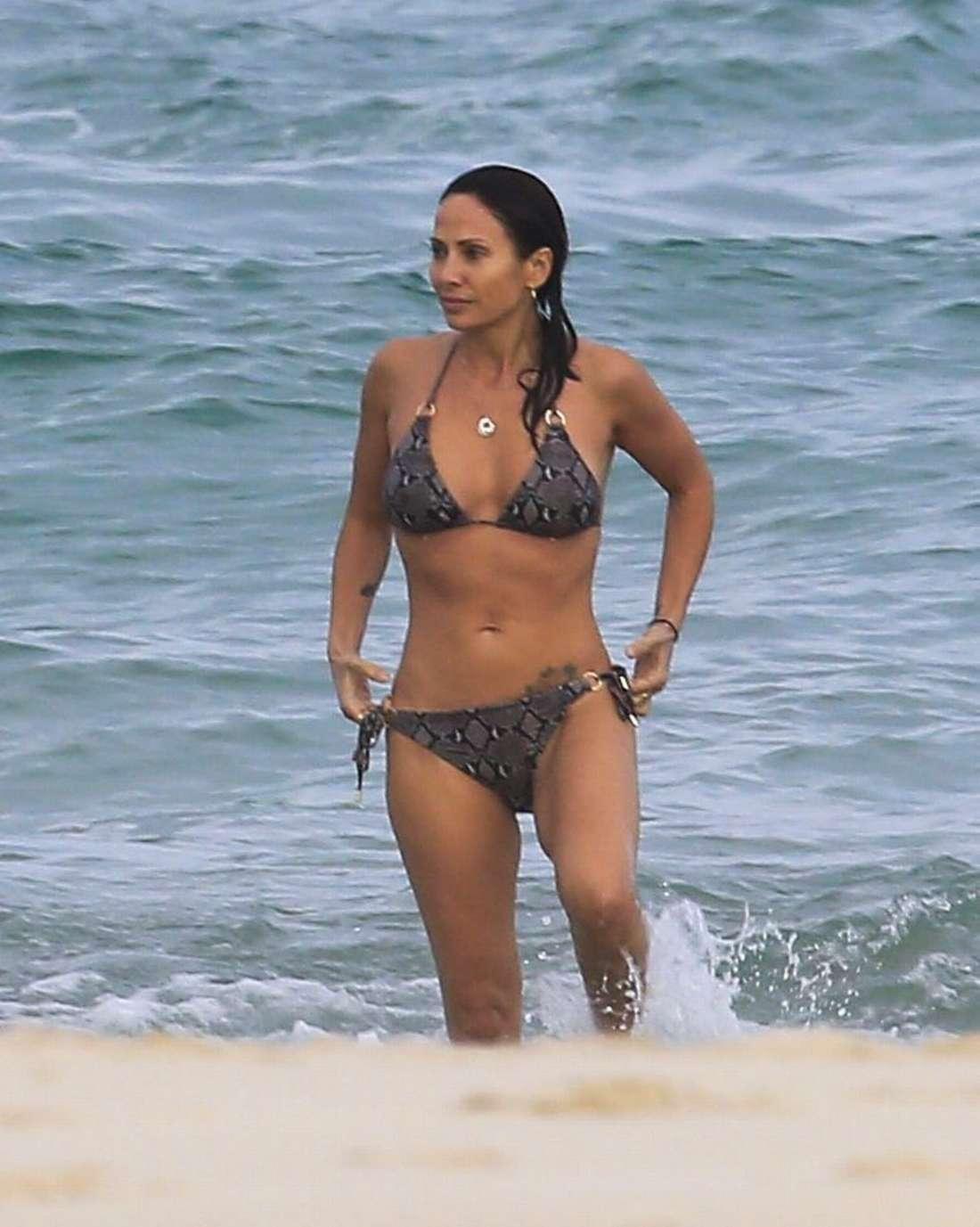 Natalie Imbruglia Wearing a bikini in Byron Bay